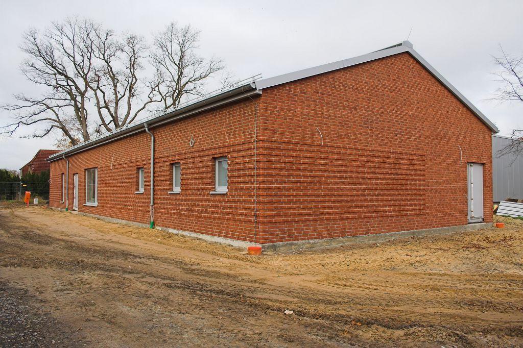 Die Abbildung zeigt die Rückseite des Dienstgebäudes des Feuerwehrgerätehauses in Otternhagen mit dem Alarmeingang auf der Gebäuderückseite.