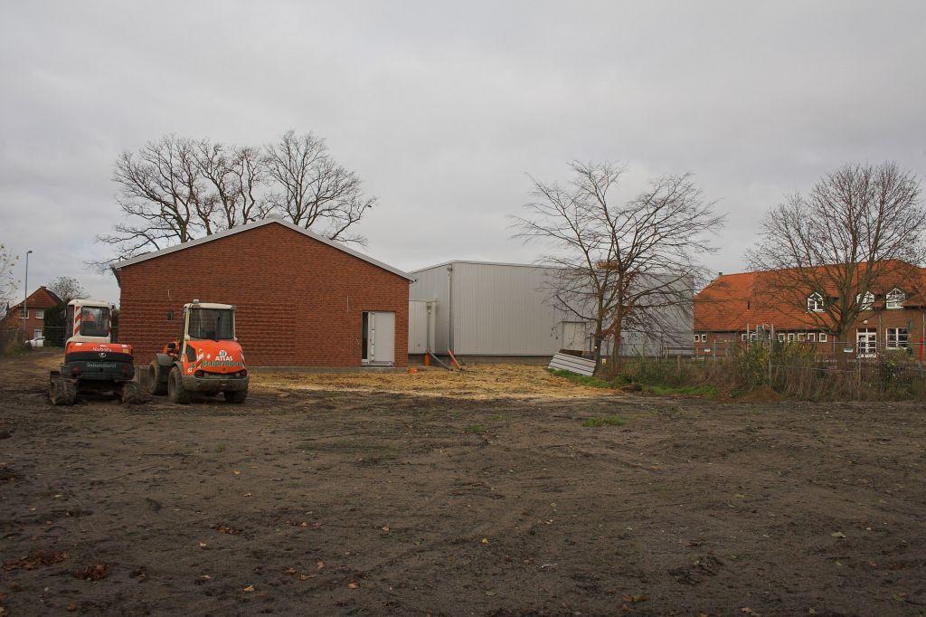 Das Foto zeigt einen Blick auf das Feuerwehrgerätehaus Otternhagen von der hinteren Grundstücksecke.