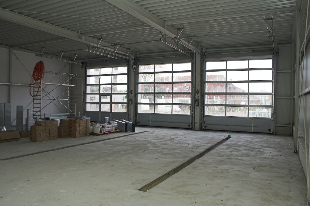 Die Aufnahme zeigt die Innenansicht der Fahrzeughalle des Feuerwehrgerätehauses in Otternhagen.