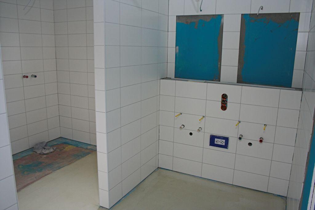 Auf der Abbildung wird eine sanitäre Anlage im Feuerwehrgerätehaus Otternhagen gezeigt. Jeder Umkleidebereich verfügt über einen eigenen Sanitärbereich, der nur direkt aus dem jeweiligen Umkleideraum zugänglich ist.