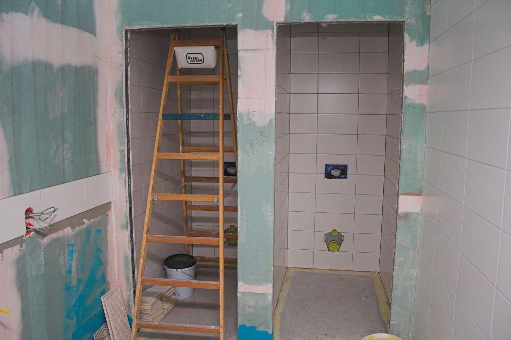 Das Bild zeigt Fliesenarbeiten in den sanitären Anlagen neben dem Schulungsraum.