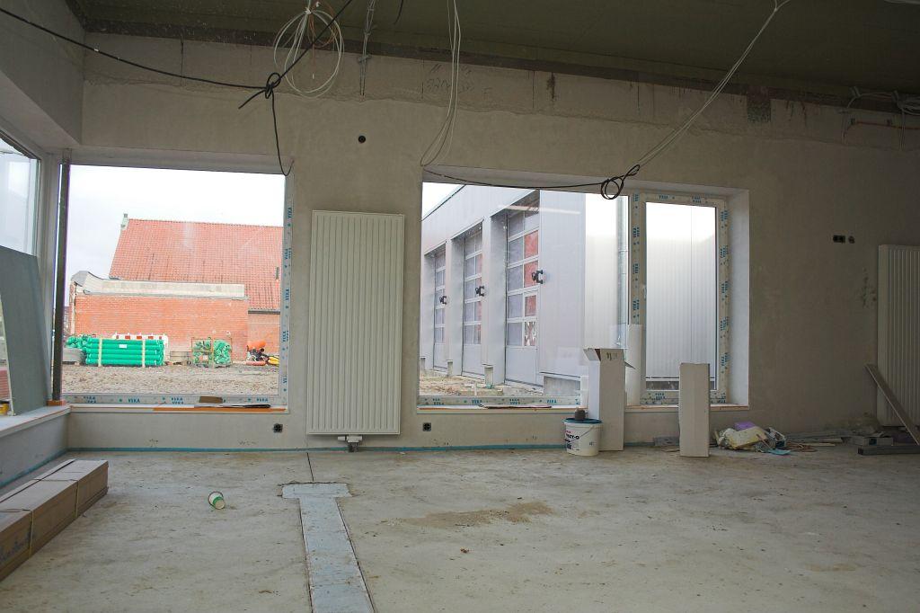 Dieses Foto zeigt einen Blick aus dem Schulungsraum des Feuerwehrgerätehauses Otternhagen auf die Fahrzeughalle.