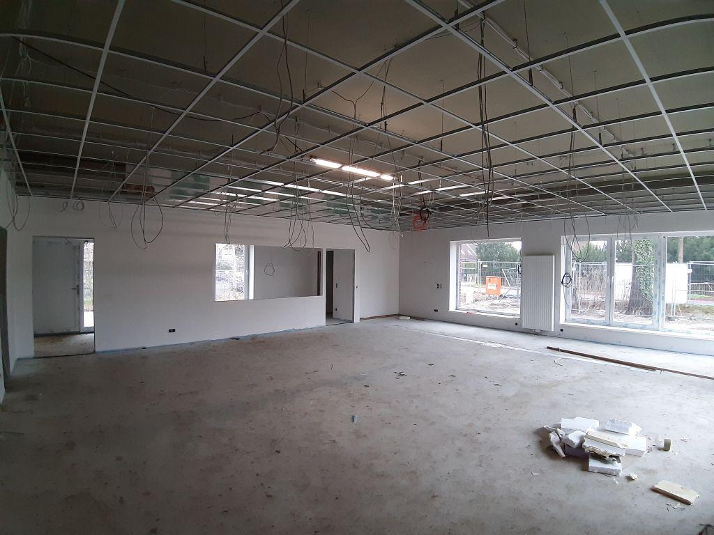 Schulungsraum im Dienstgebäude: Blick auf den Küchenbereich und den Durchgang zum Haupteingang.