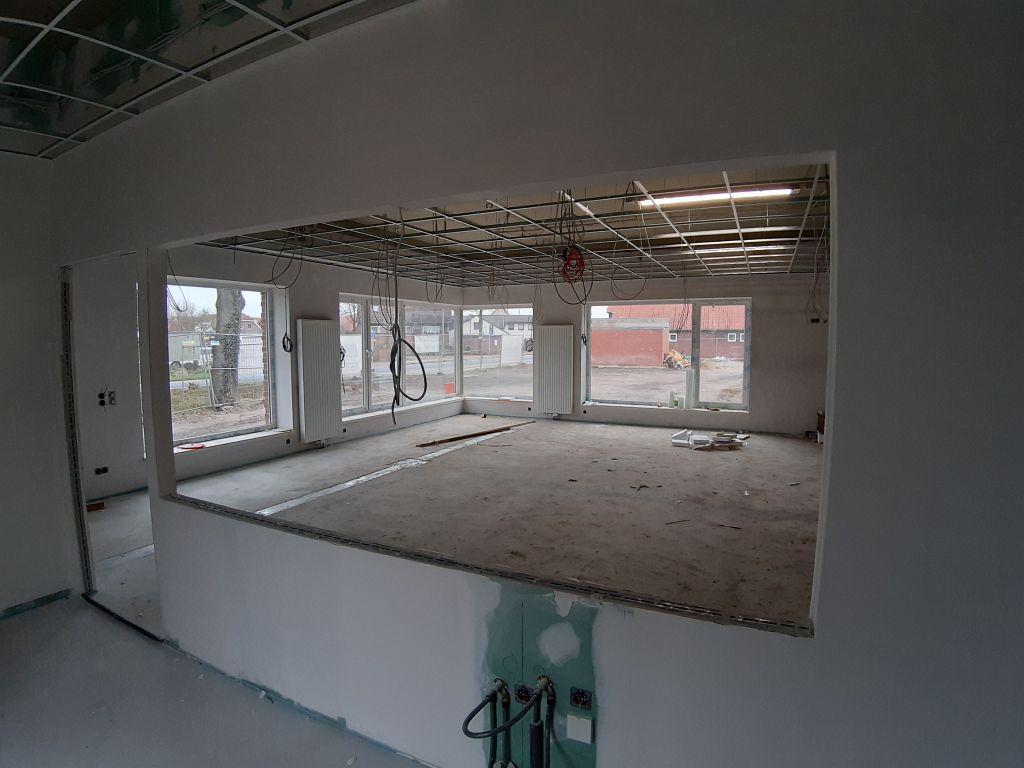 Die Aufnahme zeigt den Schulungsraum aus dem Küchenbereich heraus betrachtet.
