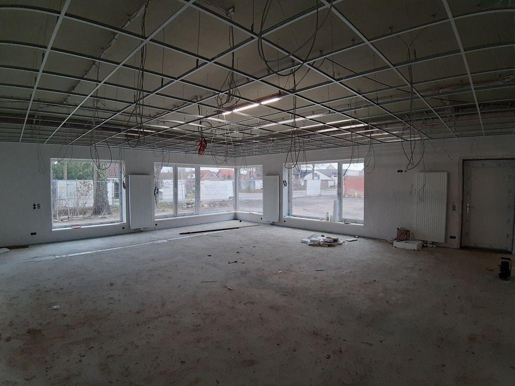 Das Bild zeigt den Schulungsraum im Dienstgebäude. Deutlich sichtbar: Die Deckenprofile für die abgehängte Raumdecke.
