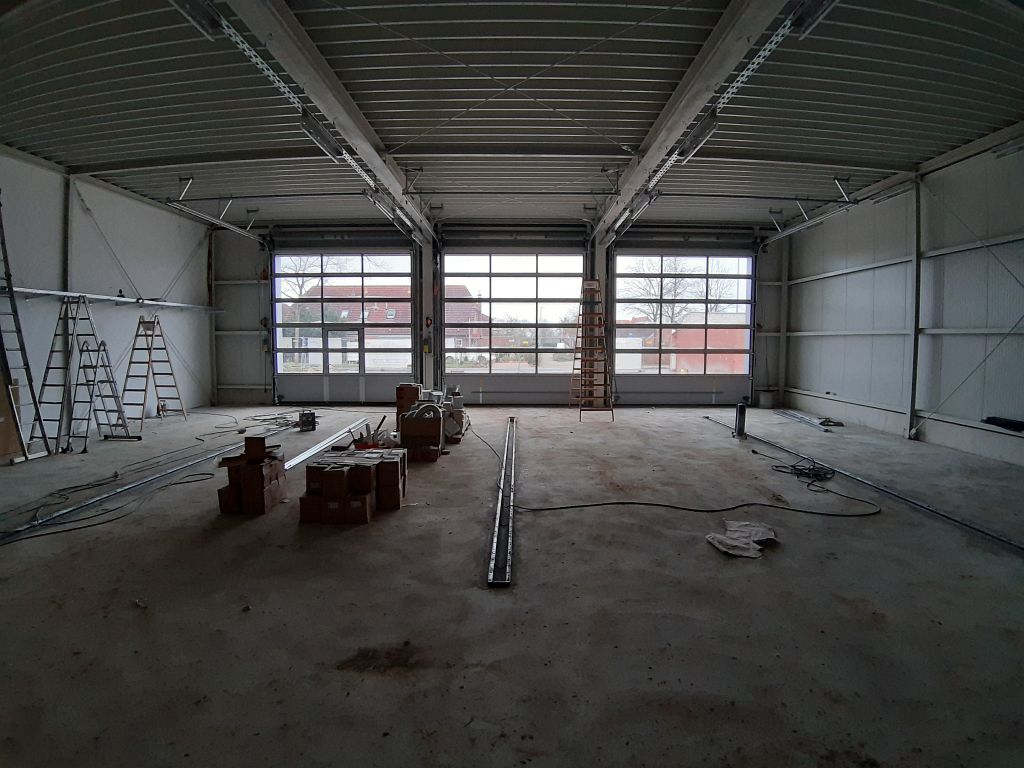 Das Foto zeigt die Fahrzeughalle mit Blick auf die geschlossenen Hallentore.