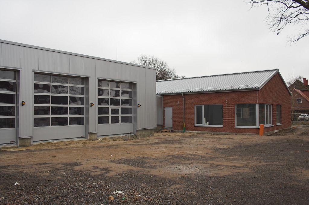 Blick über den Aufstellungsplatz auf das neue Feuerwehrgerätehaus Otternhagen.