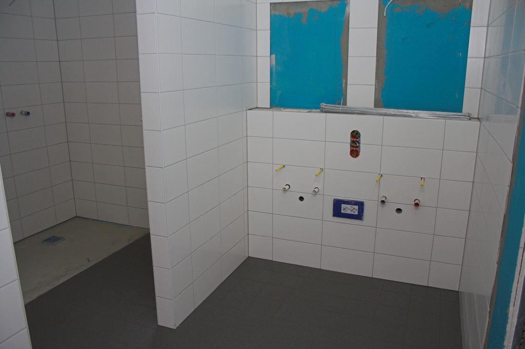 Die getrennten Umkleideräume für die Feuerwehrfrauen und -männer verfügen über eigene Sanitäranlagen, die direkt aus dem jeweiligen Umkleideraum zugänglich sind.