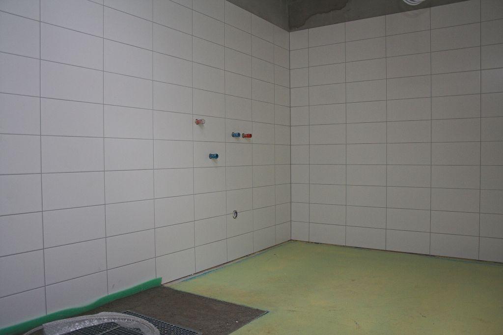 Das Foto zeigt einen Blick in den Raum für die Grob- und Stiefelwäsche. Der Zugang zum Raum für die Grob- und Stiefelwäsche erfolgt direkt von der Fahrzeughalle aus.