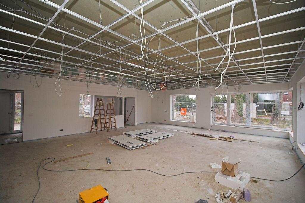Die Aufnahme zeigt den Schulungsraum im Dienstgebäude mit Küchenbereich und Durchgang zum Haupteingang.