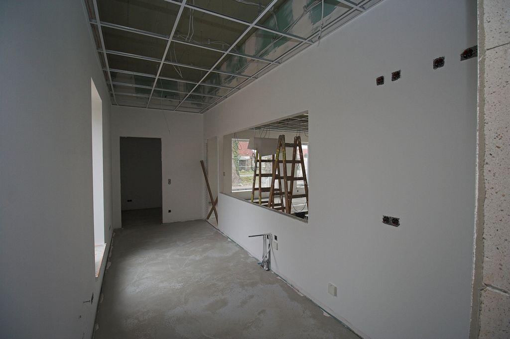 Dieses Foto zeigt den Küchenbereich mit Durchgang in den Lagerraum.