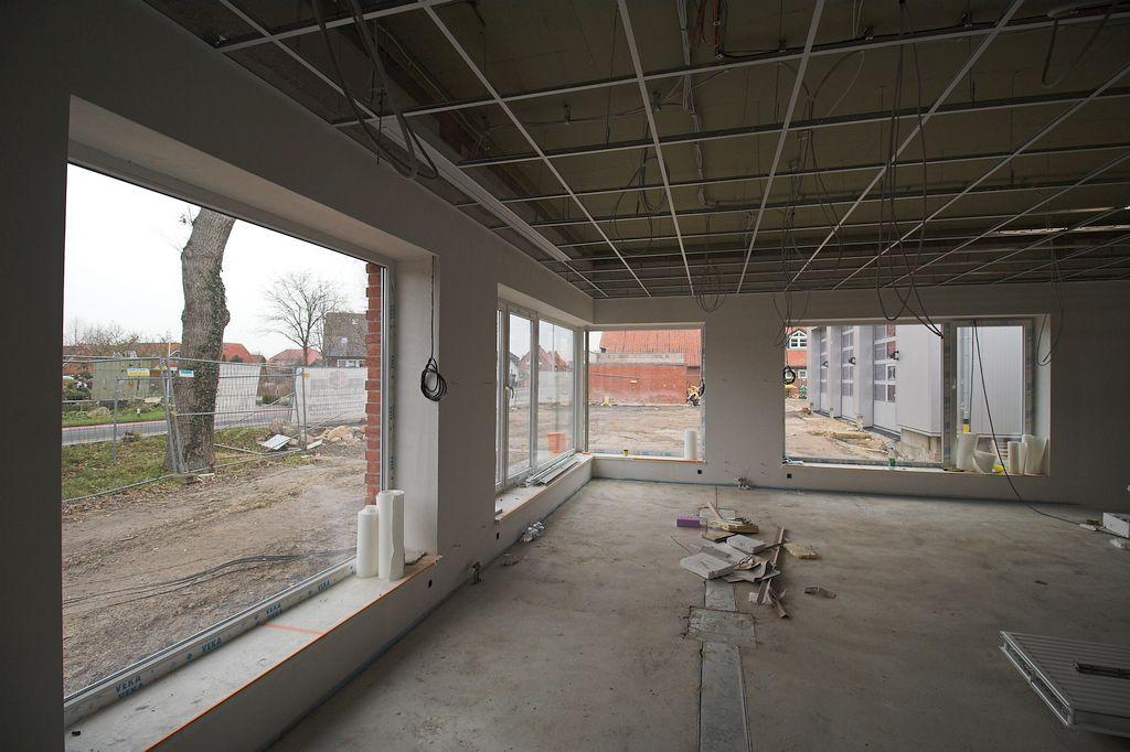 Die Aufnahme zeigt einen Blick aus dem Schulungsraum auf die Fahrzeughalle.