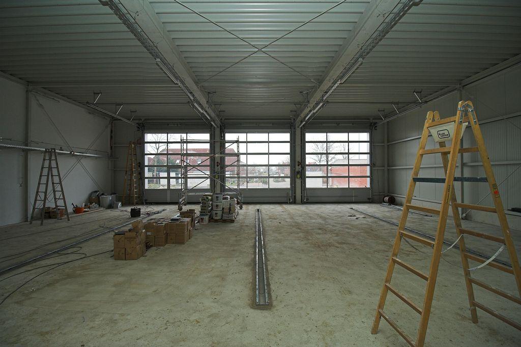 Die Aufnahme zeigt die Fahrzeughalle mit den drei Fahrzeugstellplätzen.