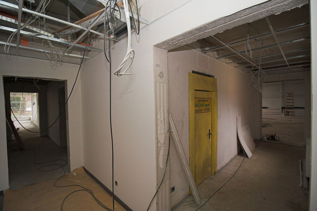 Die Aufnahme zeigt den Flur des Dienstgebäudes: Auf der rechten Seite befindet sich der Durchgang durch das Verbindungsbauwerk in die Fahrzeughalle. Geradeaus (auf der linken Bildseite) wird der Schulungsraum erreicht.