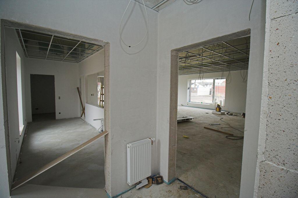Das Foto zeigt den Vorraum des Haupteinganges. Der Haupteingang führt in einen Vorraum, von dem aus der Küchenbereich (Durchgang auf der linken Seite), der Schulungsraum (Durchgang auf der rechten Seite) und der Büroraum erreicht werden.