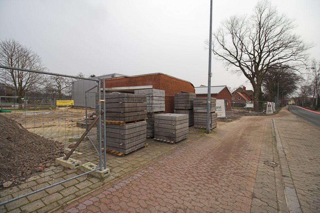 Die Abbildung zeigt, dass für die Arbeiten im Außenbereich bereits Material angeliefert wurde.