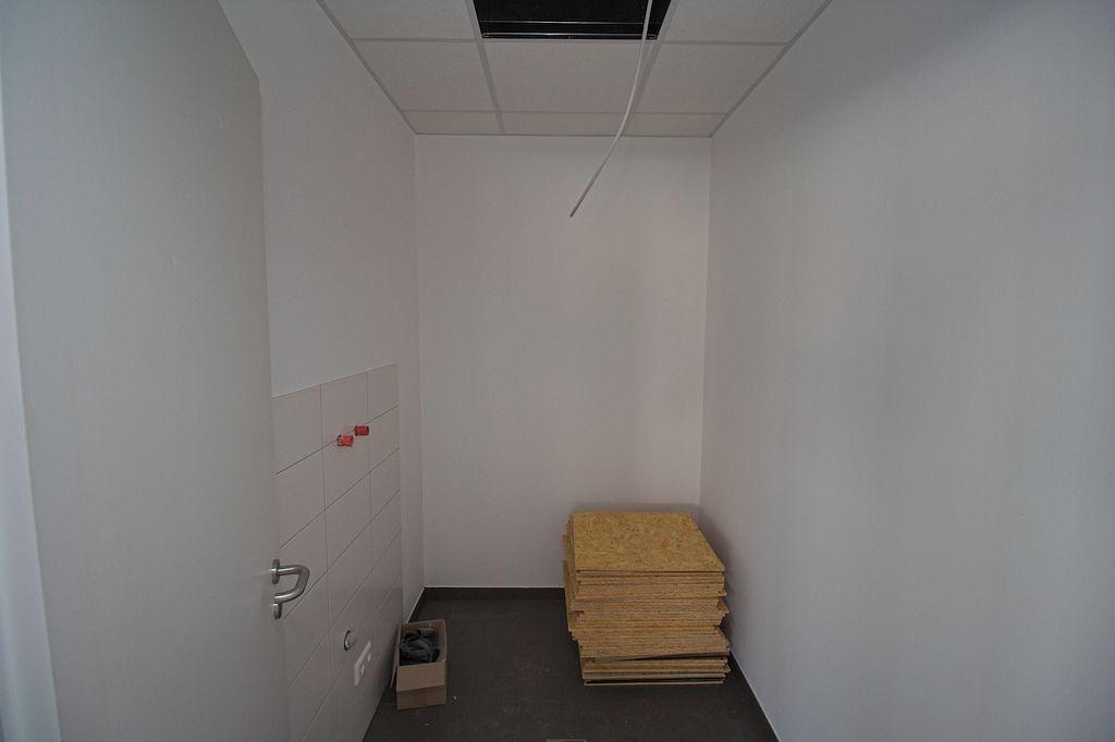Blick in den Putzmittelraum, der direkt vom Schulungsraum aus zugänglich ist.