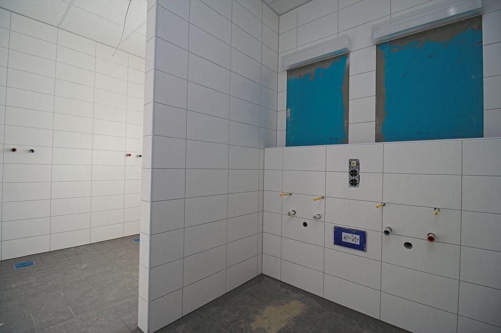 Blick in die sanitären Einrichtungen für die Feuerwehrfrauen. Der Zugang erfolgt direkt über den Umkleideraum.