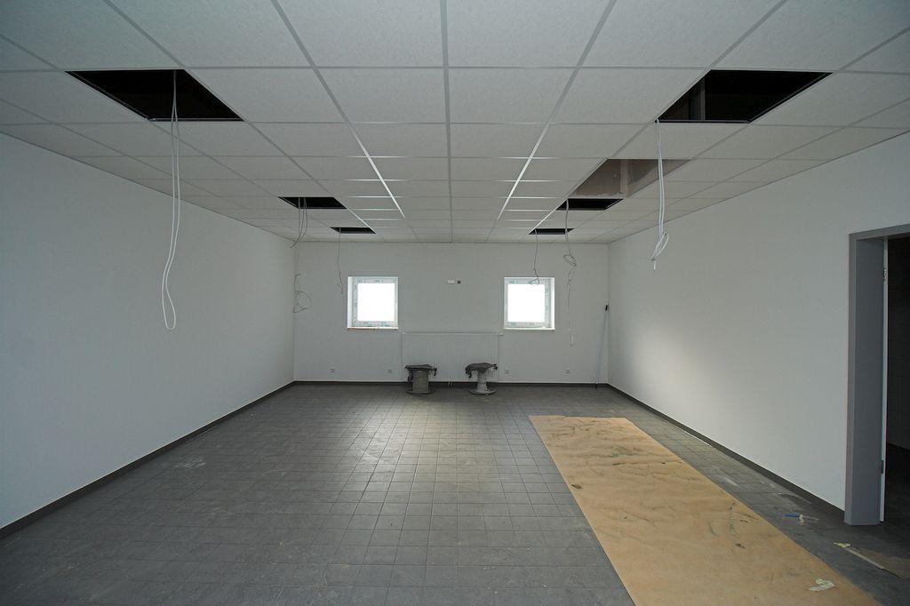 Das Foto zeigt den Umkleideraum für die Feuerwehrmänner. Der Durchgang auf der rechten Seite führt zu den sanitären Einrichtungen.