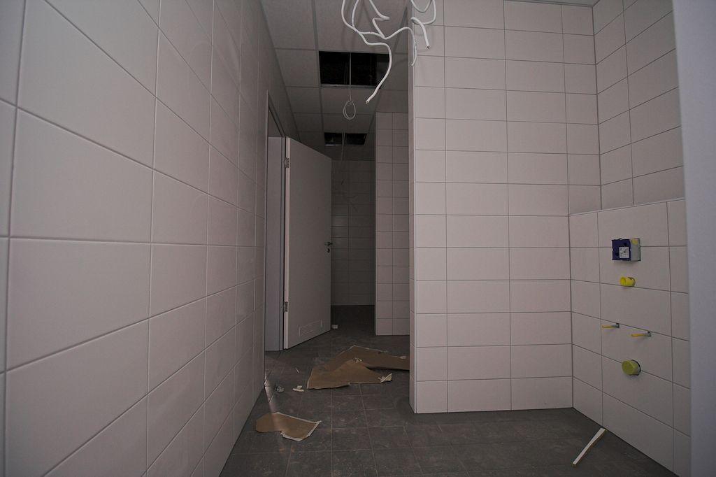 Die Aufnahme zeigt einen Blick in die Sanitäranlagen für die Feuerwehrmänner.