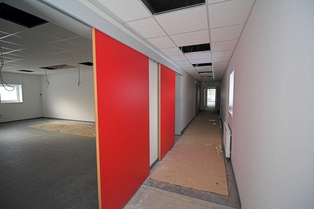 Das Foto zeigt den Zugang zum Umkleideraum der Feuerwehrmänner der Ortsfeuerwehr Otternhagen. Dieser erfolgt über zwei Schiebetüren.