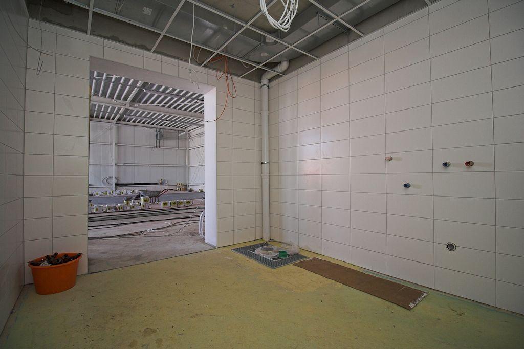 Die Aufnahme zeigt den Raum für die Grob- und Stiefelwäsche. Dieser Raum ist über die Fahrzeughalle zugänglich.