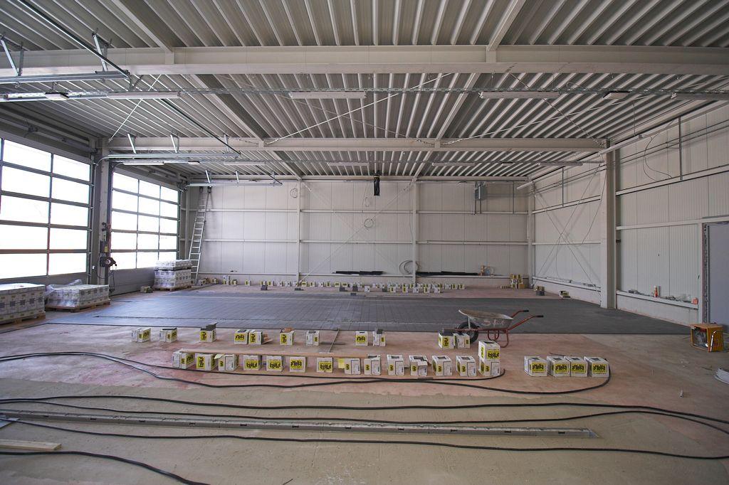 Das Foto zeigt einen Blick in die Fahrzeughalle des Feuerwehrgerätehauses in Otternhagen.