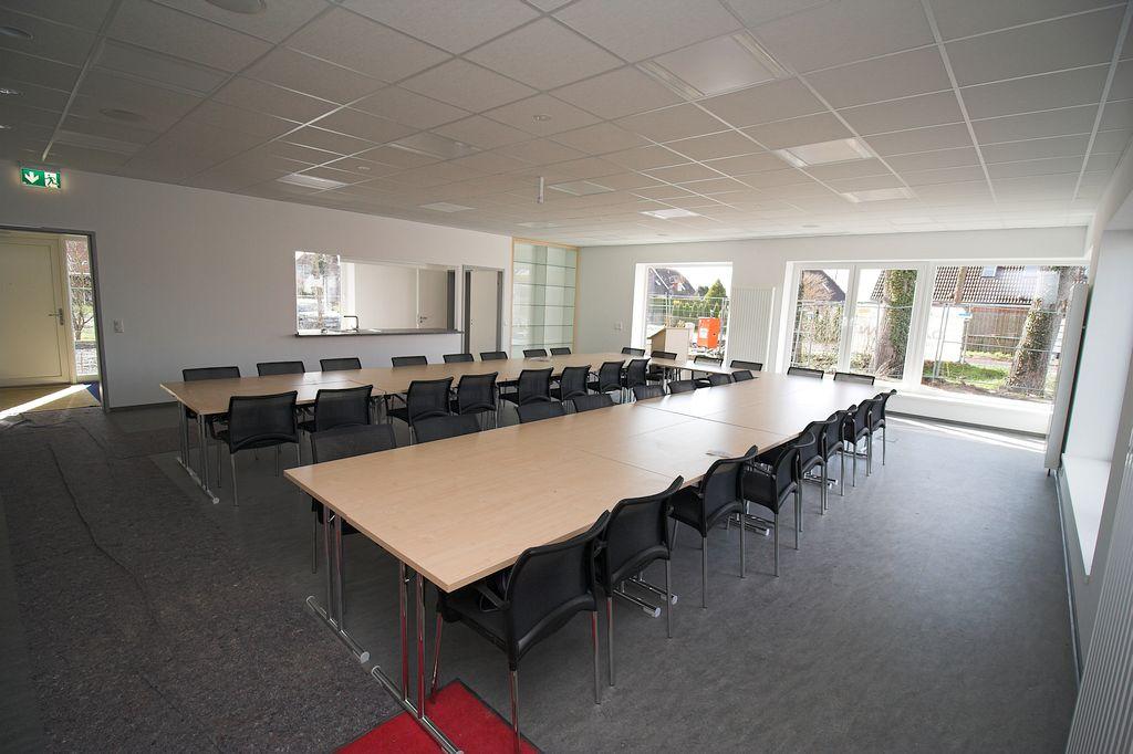 Der Schulungsraum im Dienstgebäude wurde bereits mit Tischen und Stühlen ausgestattet. Die Möbelausstattung wird durch ein Rednerpult, einer Pokalvitrine sowie einem Garderobenschrank ergänzt.