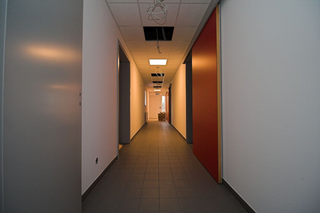 Der Flur im Feuerwehrgerätehaus Otternhagen. Durch die Schiebetüren werden die Umkleideräume erreicht.