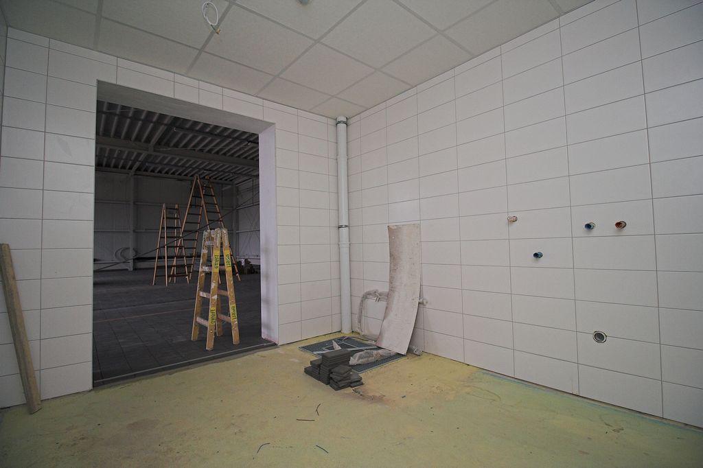 Blick in den Raum für die Grob- und Stiefelwäsche. Der Zugang erfolgt direkt von der Fahrzeughalle.
