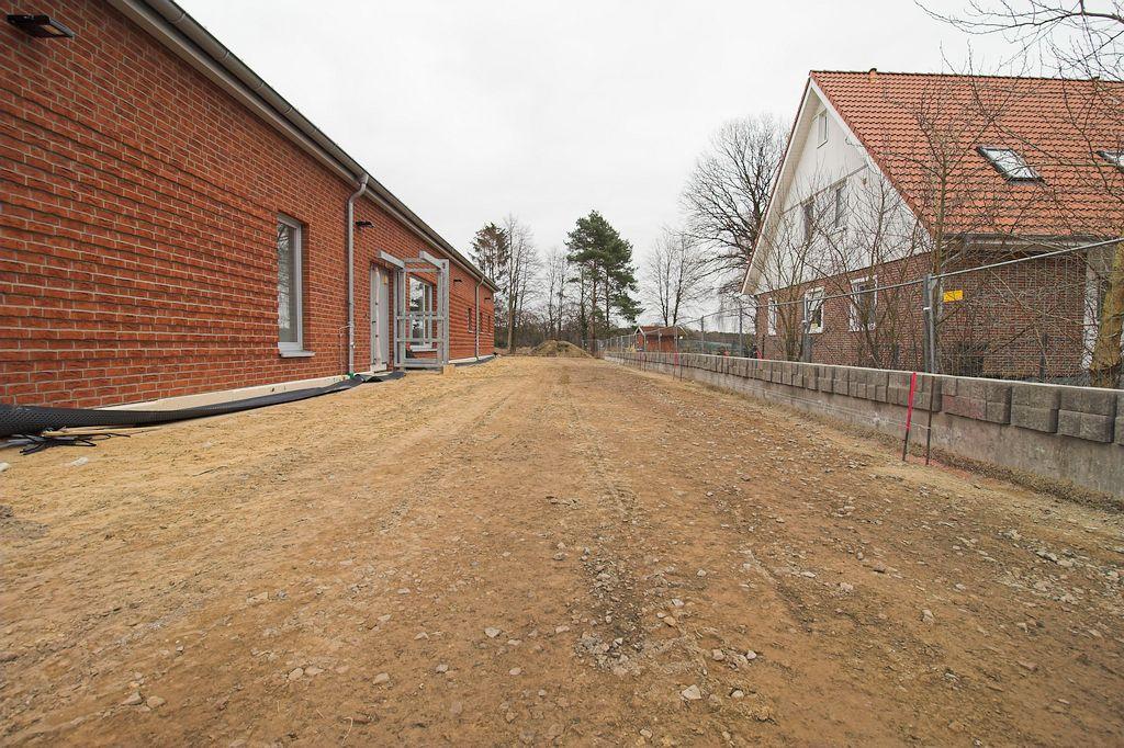 Neben dem Dienstgebäude finden bereits Arbeiten an der Zuwegung zur Gebäuderückseite statt.