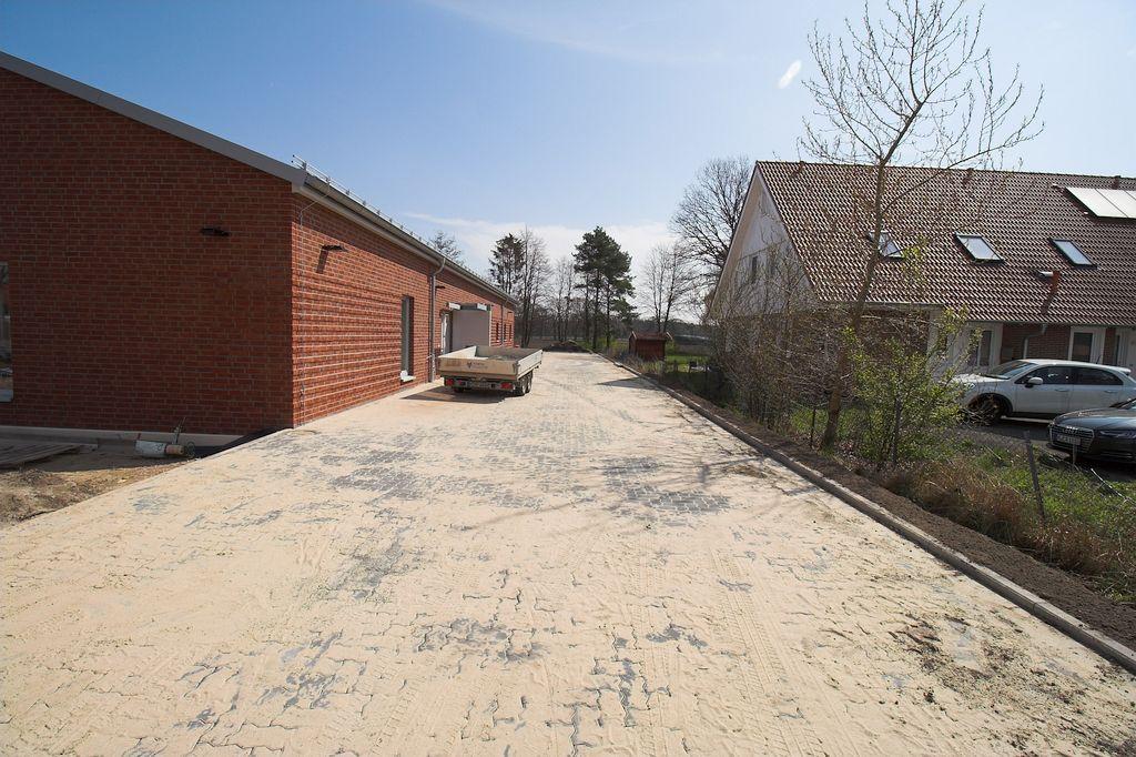 Pflasterarbeiten auf der Zufahrt zu den Parkplätzen, die auf der Rückseite des Feuerwehrgerätehauses Otternhagen angelegt wurden.