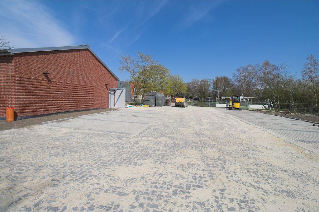 Parkplätze auf der Rückseite des Feuerwehrgerätehauses Otternhagen.