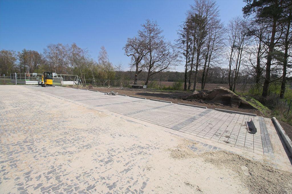 Blick über den Parkplatz zur Grundstücksgrenze.