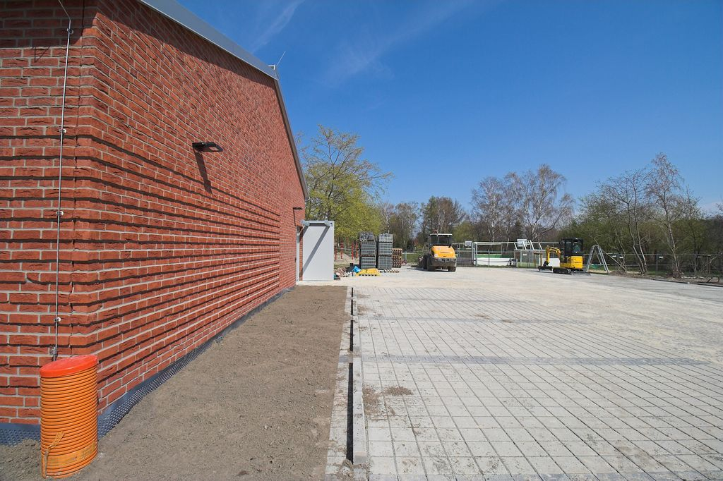 Der Alarmeingang ist mit einem Wetterschutz ausgestattet und direkt vom Parkplatz aus erreichbar.