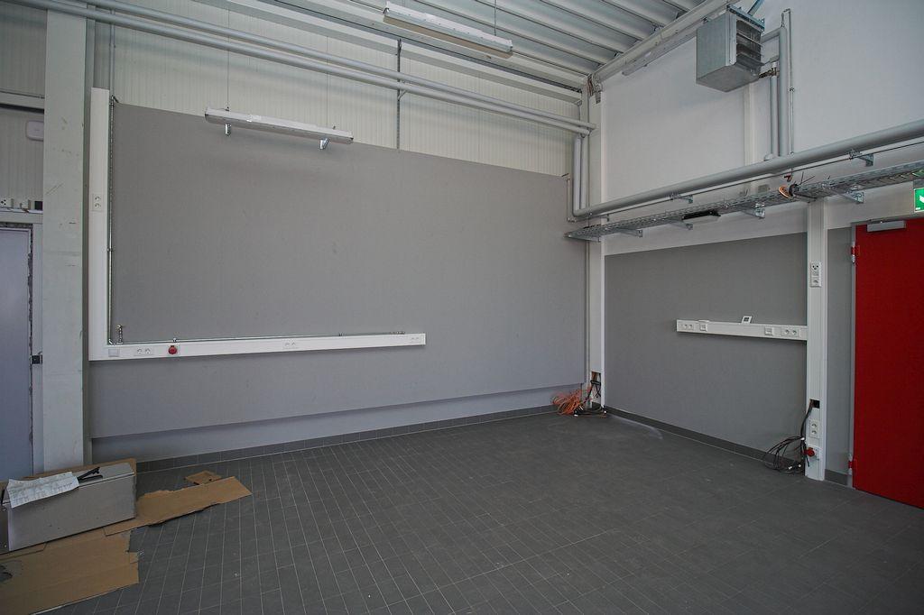An dieser Stelle in der Fahrzeughalle entsteht ein Werkstattbereich.