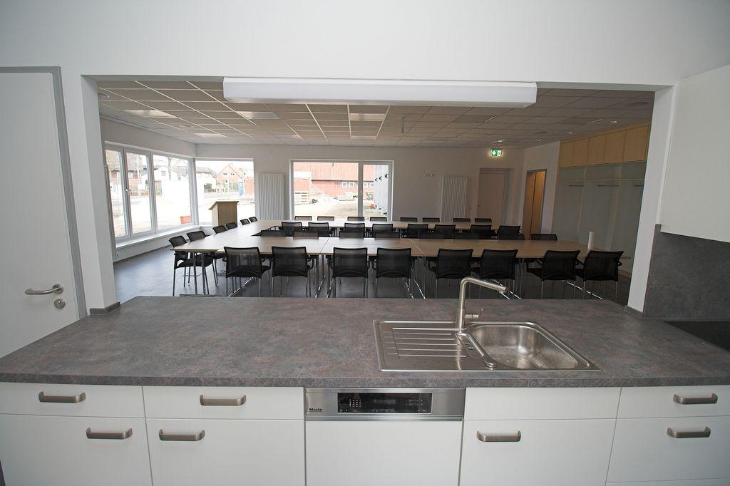 Blick aus der Küche in den Schulungsraum.