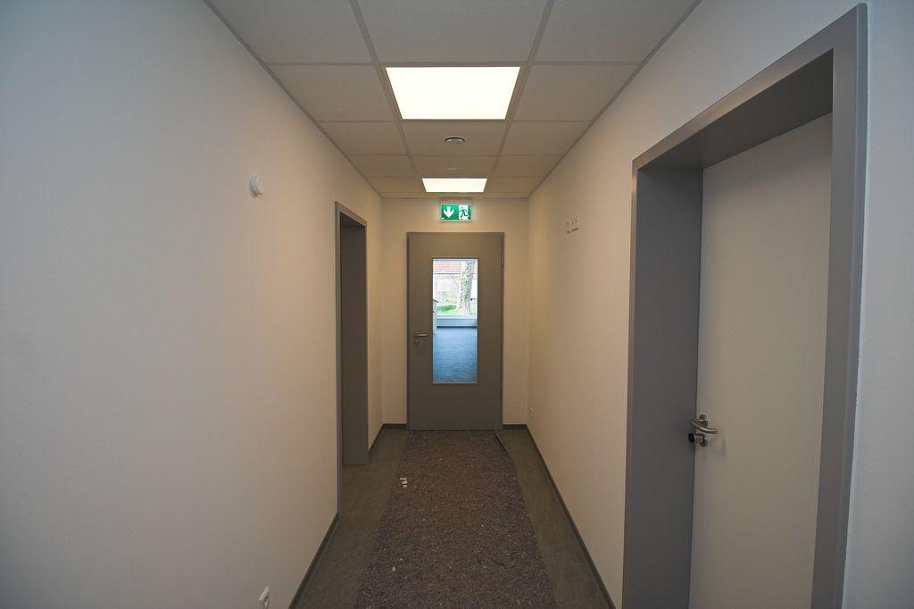 Im Durchgang zum Schulungsraum wurde eine Tür mit Glaseinsatz eingebaut.
