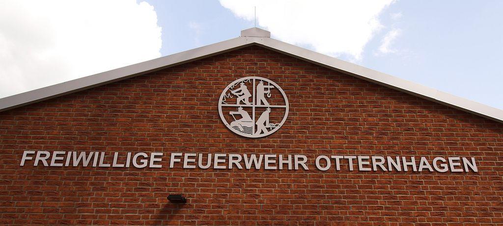Die Abbildung zeigt eine Detailaufnahme der Beschriftung an der Giebelseite des Dienstgebäudes.