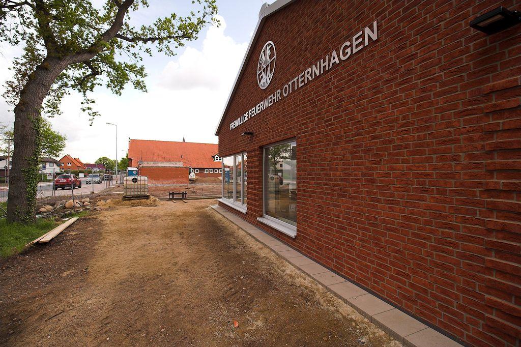 Die Aufnahme zeigt die Straßenseite des Feuerwehrgerätehauses in Otternhagen in der Seitenansicht.