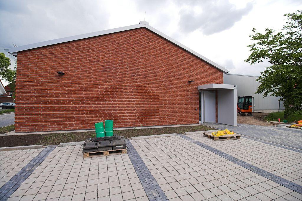 Die Aufnahme zeigt, dass der Alarmeingang auf der Rückseite des Dienstgebäudes direkt vom Parkplatz aus erreichbar ist.