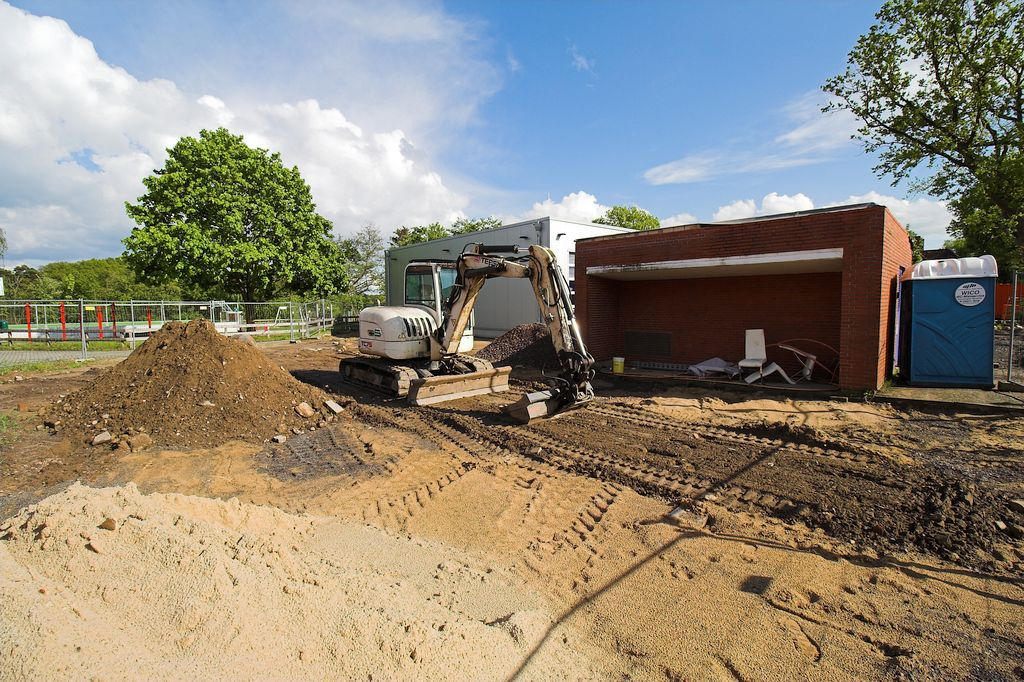 Das Foto zeigt, dass die gepflasterte Fläche vor dem ehemaligen Feuerwehrgerätehaus vollständig zurückgebaut wurde.