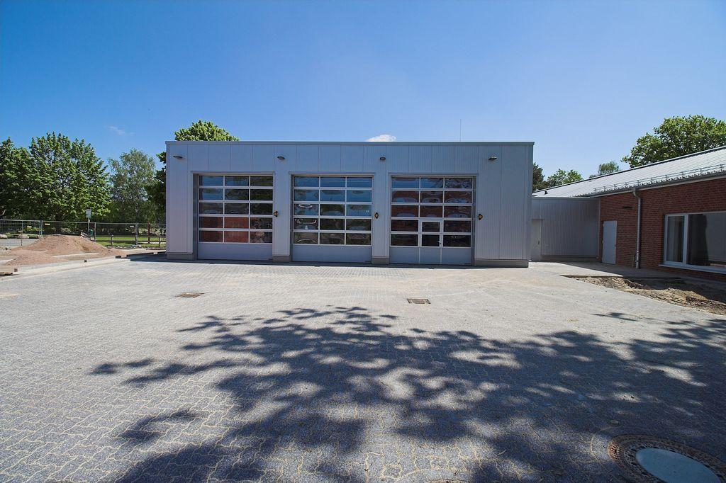 Der gepflasterte Aufstellungsplatz vor der Fahrzeughalle des Feuerwehrgerätehauses in Otternhagen.