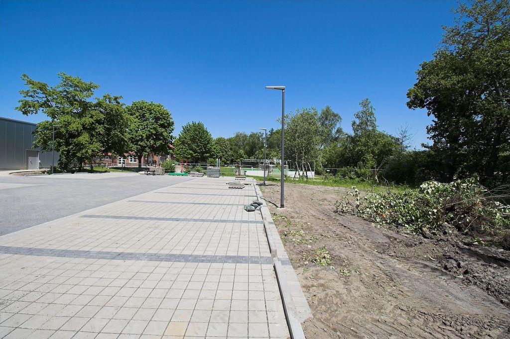 Auch die Parkfläche wird mit Straßenlaternen beleuchtet.