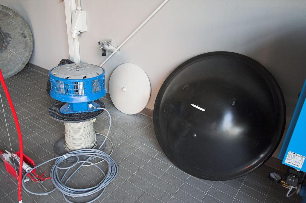 Das Foto zeigt die geprüfte und überarbeitete Sirene, die für die Montage vorbereitet wurde.