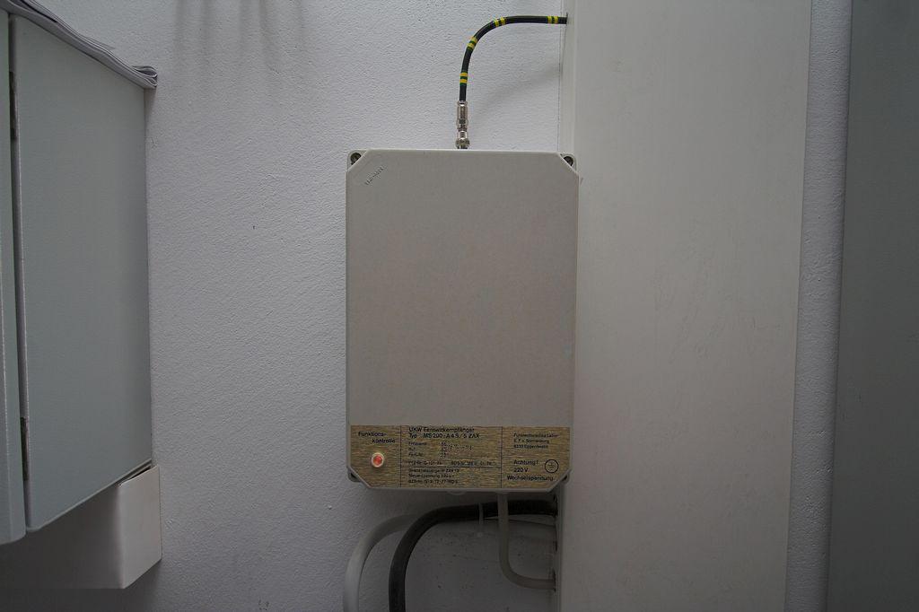 Das Foto zeigt einen UKW-Fernwirkempfänger, der bereits im alten Gerätehaus im Einsatz war und nun seinen Dienst im neuen Standort fortsetzt. Er ermöglicht es der Leitstelle, einen Sirenen-Alarm über ein Funksignal auszulösen.