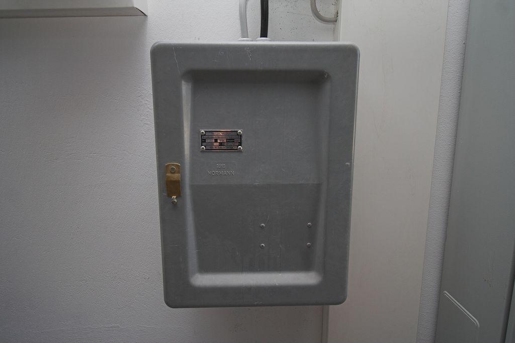 Die Aufnahme zeigt den Sirenenschaltkasten. Dieser wird zur Ansteuerung der Sirene über den UKW-Fernwirkempfänger benötigt. Auch dieses Gerät wurde vorher im alten Feuerwehrgerätehaus eingesetzt.