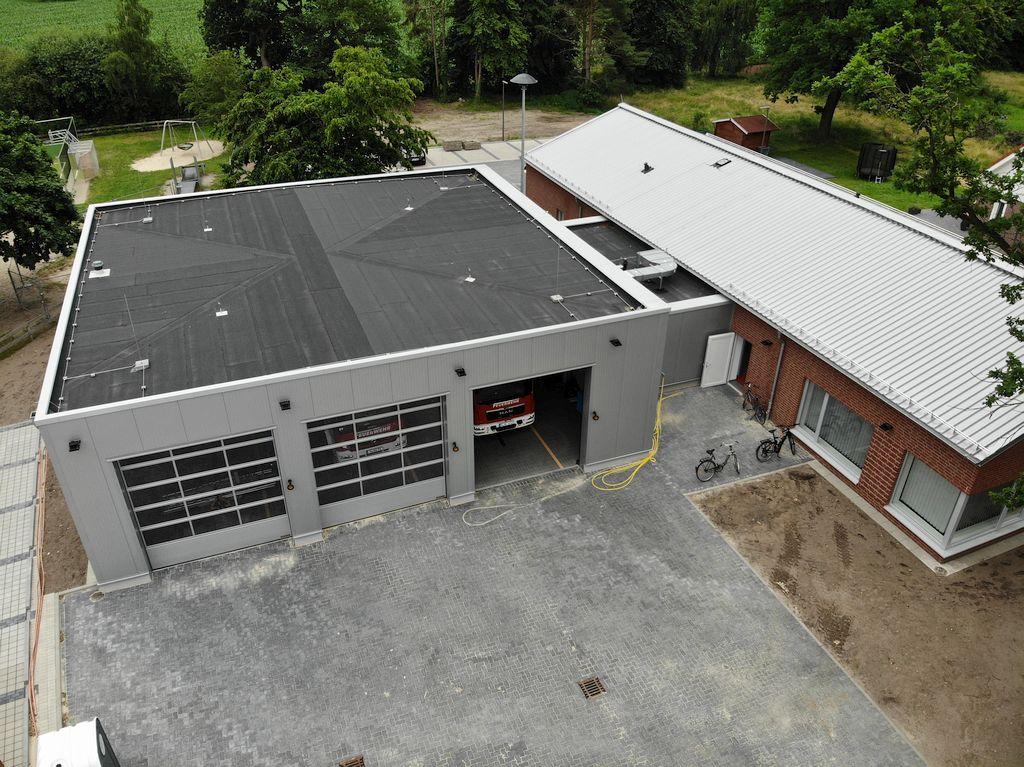 Diese Aufnahmem zeigt die Fahrzeughalle mit dem befestigten Aufstellungsplatz.
