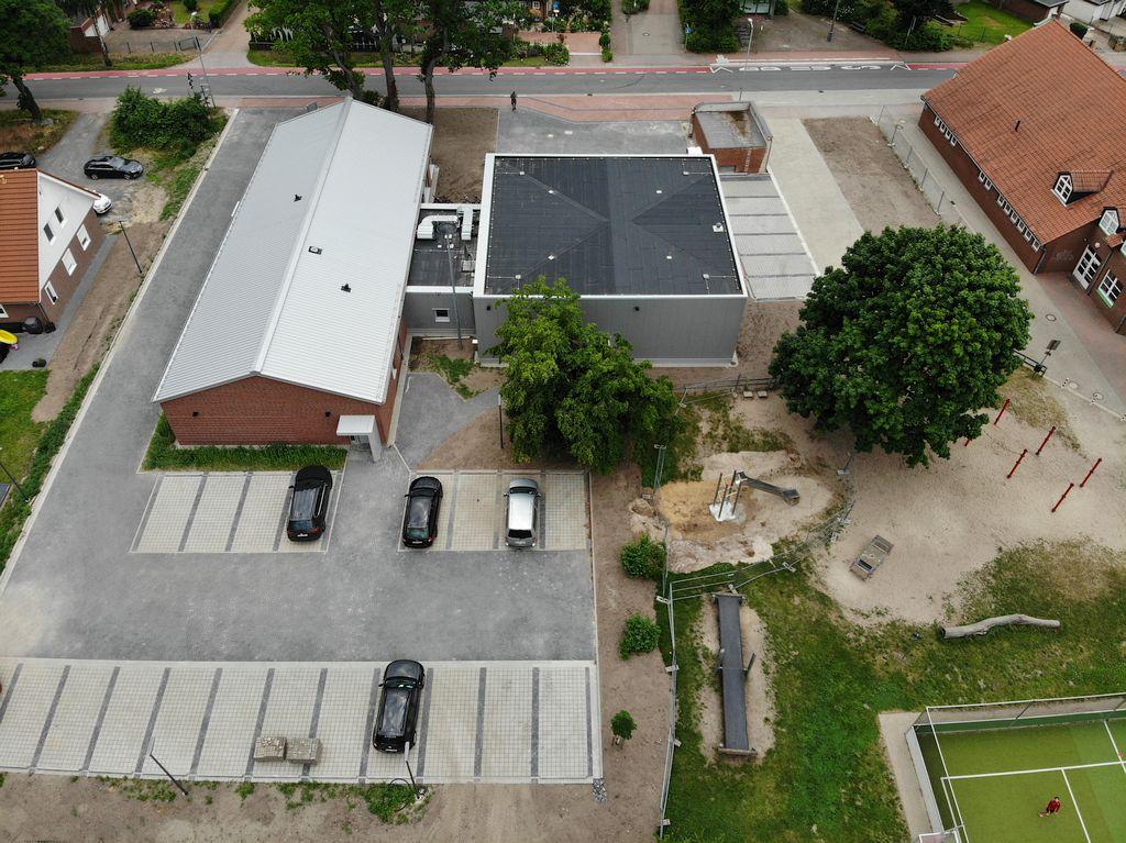 Das Foto zeigt die Parkplätze für die Feuerwehrfrauen und Feuerwehrmänner auf der Rückseite des Dienstgebäudes.